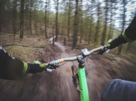 photo d'un pratiquant de downhill a vtt